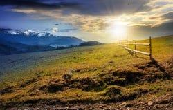 Czas zmiany pojęcie ogrodzenie na wiejskim polu w wiośnie Obraz Stock