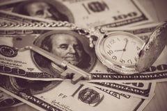 Czasu i pieniądze pojęcia wizerunek - stary srebny kieszeniowy zegarek Obrazy Stock