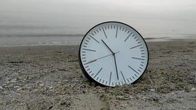 Czasu pojęcia tło, Biały Round Ścienny zegar w piasek plaży morzu zbiory wideo