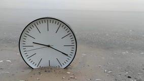 Czasu pojęcia tło, bielu zegar w piasek wody morza oceanie zdjęcie wideo