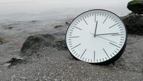 Czasu pojęcia tło, zegar skały kamienia piaska plaży oceanu Denna fala zbiory wideo