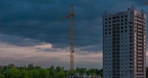 Czasu upływ sylwetka basztowy żuraw pracuje na budowie kondygnacja budynek w promieniach położenia słońce zbiory