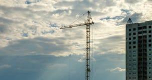 Czasu upływ sylwetka basztowy żuraw pracuje na budowie kondygnacja budynek w promieniach położenia słońce zbiory wideo