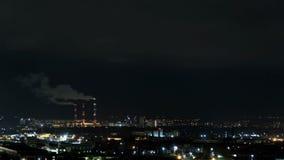 Czasu upływu budynek mieszkaniowy przy nocą Noc widok neighbourhood z mieszkanie w wieżowcu blokami iluminował okno zbiory