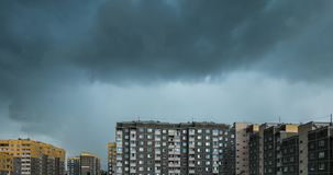 Czasu upływu klamerka biały puszysty kołysanie się chmurnieje przed burzą przeciw tłu żółty kondygnacja budynek mieszkaniowy zbiory wideo