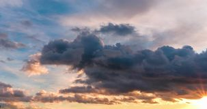 Czasu upływu klamerka wieczór puszysty kędzierzawy kołysanie się chmurnieje z położenia słońcem zdjęcie wideo