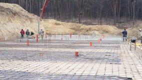 Czasu upływu pracowników praca na budowie Proces dolewanie betonu podstawy przyszłość dom zdjęcie wideo