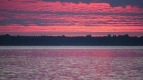 Czasu upływ świt nad rzeką z łodziami i kaczkami na wodzie zbiory