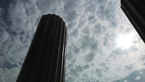 Czasu upływ Abu Dhabi handlu światowego centrum przy zmierzchem - czasu chmury unosi się wokoło nowożytnych drapacz chmur upływ zbiory