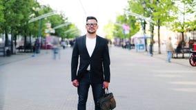 Czasu upływ atrakcyjna osoba mężczyzny pozycja w ulicznej mienie teczce zdjęcie wideo