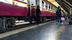 Czasu upływ Bangkok stacji kolejowej hua wielka i ruchliwie stacyjna stacja kolejowa w Bangkok, Tajlandia zbiory wideo
