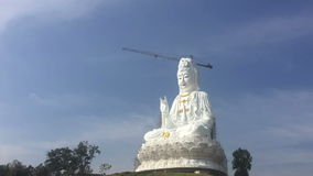 Czasu upływ biała duża Quan Yin Buddha statua, wathyuaplakang, Chiang raja, Tajlandia zdjęcie wideo