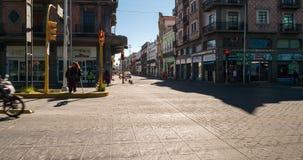 Czasu up?yw centrum miasta Puebla z lud?mi i ruchem drogowym zbiory