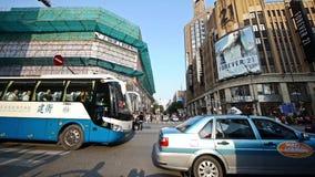 Czasu upływ, chińczycy krzyżuje ruchliwej ulicy Szanghaj w centrum drogę zbiory wideo