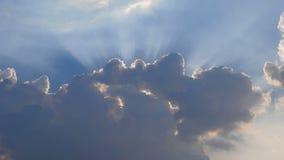 Czasu upływ chmurnieje chodzenie z słońca w jarzyć się i niebie zbiory wideo