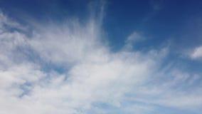 Czasu upływ chmurnieje w pięknym letnim dniu z puszystą chmurą pierzastą w komarnicie zbiory wideo