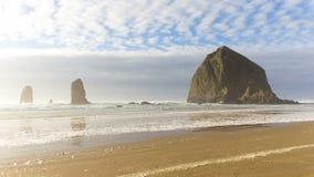 Czasu upływ chmury i niebo nad Haystack skałą przy niskim przypływem wzdłuż Pacyficznego oceanu w działo plaży LUB 4k zdjęcie wideo