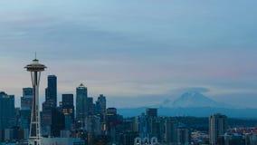 Czasu upływ chmury i wschód słońca nad Seattle WA z śniegiem zakrywał Mt dżdżysty