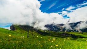 Czasu upływ chodzenie chmurnieje na pięknej górze przy dolomitami Włochy w lecie zdjęcie wideo