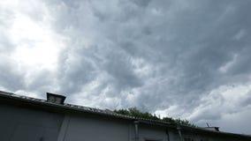 Czasu upływ, Dramatyczne, szybkie poruszające burz chmury, zrzutu deszcz nad miastem przed łamać up, opuszczać głębokiego niebies zbiory wideo