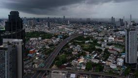 Czasu upływ drapacze chmur i autostrady w Bangkok mieście z chmurnym niebem, Tajlandia zdjęcie wideo