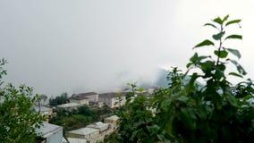 Czasu upływ formaci i ruchu mgła w wiosce zbiory