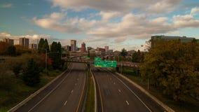 Czasu upływ godzina szczytu ruch drogowy na Międzystanowej 5 autostradzie z Portlandzką Oregon miasta linią horyzontu i chmury w  zbiory wideo