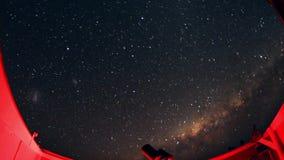Czasu upływ gwiaździsta noc z cieniem drzewo w przedpolu z gwiazdowym śladu skutkiem i zbiory