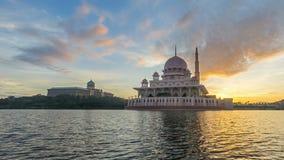 Czasu upływ 4K Piękny wschód słońca Przy Putra meczetem, Putrajaya Pokazywać chodzenie i odmienianie koloru chmury zbiory wideo