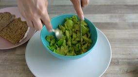 Czasu upływ kulinarna avocado grzanka - ciie avocado, bierze za brai, sieka je i stawia dalej chleb, zdrowy weganin zdjęcie wideo
