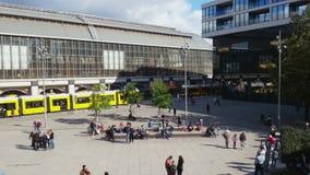 Czasu upływ ludzie chodzi, cieszy się pogodną pogodę przy Alexanderplatz, Berlin zbiory