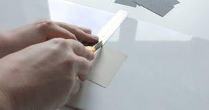 Czasu upływ męska ręka robi rysunkowi z ołówkiem i metal władcą na prześcieradle papier zbiory