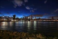 Czasu upływ Miasto Nowy Jork przy nocą z naprzeciw Husdon rzeki fotografia stock