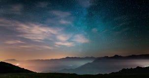 Czasu upływ Milky sposób i gwiaździsty niebo w jak marzenie skutku rusza się nad Włoskimi Alps z mgłą i wilgotnościowym wynikać zbiory