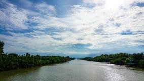 Czasu upływ: od jaskrawego światła dziennego zamieniającego z podeszczowymi chmurami zdjęcie wideo