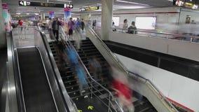 Czasu upływ ogromni tłumy ludzie chodzi w Szanghaj, Chiny stacje metru zbiory