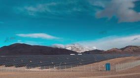 Czasu upływ, panel słoneczny otwiera, zamyka, jak chmury suną obok chmury ruszają się w wierzchołkach nakrywać góry zbiory wideo