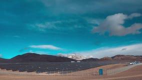 Czasu upływ, panel słoneczny otwiera, zamyka, jak chmury suną obok chmury ruszają się w wierzchołkach nakrywać góry zdjęcie wideo