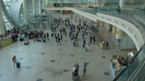 Czasu upływ Pasażery przy lotniskiem przygotowywają wsiadać samolot zdjęcie wideo