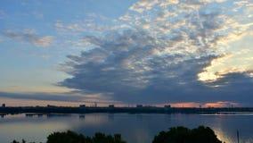 Czasu upływ pięknego lata miastowy świt na rzece zdjęcie wideo