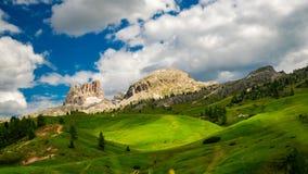 Czasu upływ podeszczowe chmury rusza się nad piękną górą dolomity zdjęcie wideo