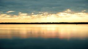 Czasu upływ prześwietne chmury przy świtem nad wodą zdjęcie wideo