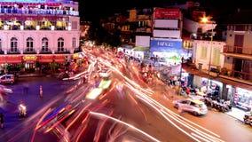 Czasu upływ Ruchliwie W centrum ruchu drogowego okrąg Hoan Kiem jezioro, Hanoi Wietnam przy nocą -/ zbiory