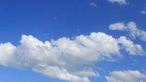 Czasu upływ, ruchu biel, szarość, bufiaste chmury zbiory