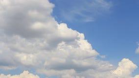 Czasu upływ, ruchu biel, szarość, bufiaste chmury zbiory wideo