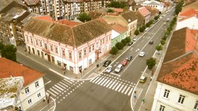 Czasu upływ ruchu drogowego złącze w miasteczku - spojrzenie od above zdjęcie wideo