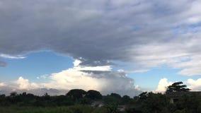 Czasu upływ ruszać się czarne chmury i niebieskie niebo przed deszczem zbiory