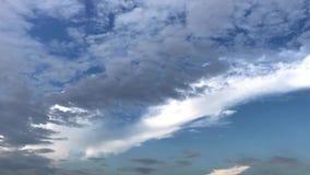 Czasu upływ ruszać się czarne chmury i niebieskie niebo przed deszczem zdjęcie wideo