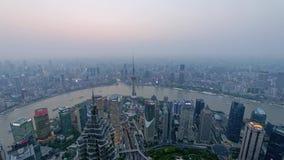 Czasu up?yw Shanghai bund od zmierzchu noc, nowo?ytny miasto w zanieczyszczenie powietrza, widok z lotu ptaka bund linia horyzont zbiory wideo