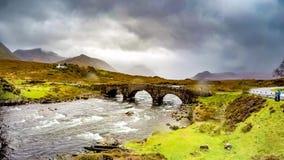 Czasu upływ Sligachan kamienia Stary most nad Rzecznym Sligachan z Beinn Dearg Mhor i Marsco szczytem Czerwony Cuillin zbiory wideo